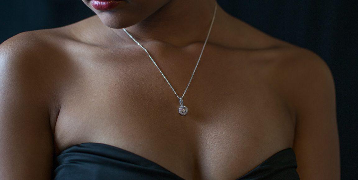 Naszyjniki dosukienek – podpowiadamy, jak dobrać biżuterię dostylizacji