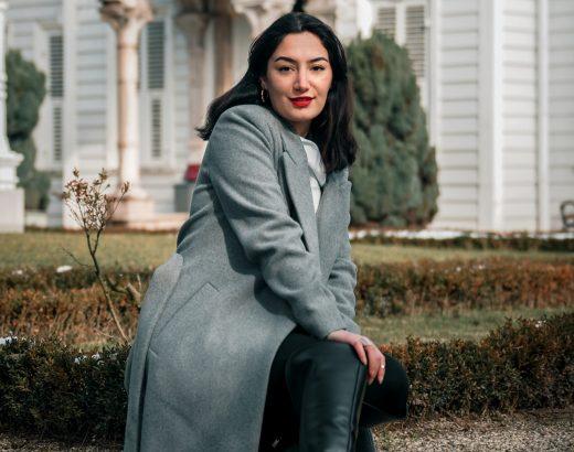 Szary płaszcz – zczym zestawić, bywyglądać modnie?